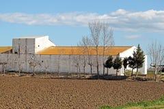 Vecchio granaio in un campo arato Fotografie Stock Libere da Diritti