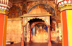 Vecchio ha rovinato il re della pittura di sarabhoji nel corridoio dharbar del corridoio di ministero del palazzo di maratha del  Fotografie Stock Libere da Diritti