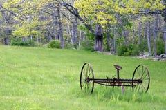 Vecchio Hayrake 2 - arrugginito, in un campo in primavera Fotografia Stock