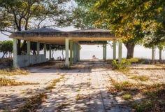 Vecchio hotel abbandonato in Leptokarya, Grecia fotografia stock