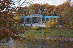 Vecchio hotel nella foresta di autunno Fotografia Stock Libera da Diritti