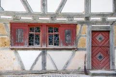 Vecchio housefront con le finestre del bulls-eye Fotografia Stock