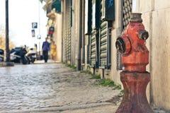 Vecchio idrante antincendio rosso sulla via Fotografia Stock Libera da Diritti