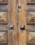 Vecchio il primo piano di legno della porta fotografie stock libere da diritti
