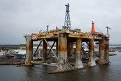 Vecchio impianto offshore al crepuscolo Immagini Stock