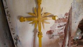 Vecchio incrocio cristiano dal tempio stock footage