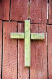 Vecchio incrocio di legno verde Fotografia Stock Libera da Diritti
