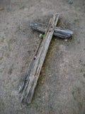 Vecchio incrocio grave di legno occidentale, immagine alta non marcata e vicina in cimitero in Arizona Fotografia Stock