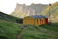 Vecchio indossi la capanna della montagna di Barbera, le alpi di Piemonte, Italia fotografia stock libera da diritti