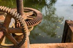Vecchio ingranaggio d'acciaio arrugginito Immagine Stock