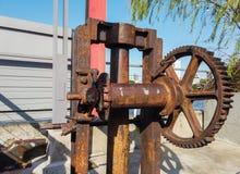 Vecchio ingranaggio stesso della fabbrica, macchinario antico della fabbrica con le ruote dentate che ruggine fotografia stock
