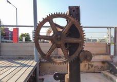 Vecchio ingranaggio stesso della fabbrica, macchinario antico della fabbrica con le ruote dentate che ruggine immagine stock