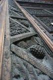 Vecchio inseguimento di legno che scolpisce sulle porte vicino su fotografia stock