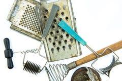Vecchio insieme di strumenti sovietico della cucina su backgroud bianco Fotografia Stock