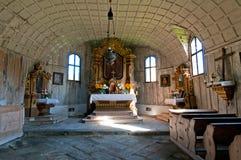 Vecchio interiore di legno della chiesa Immagine Stock
