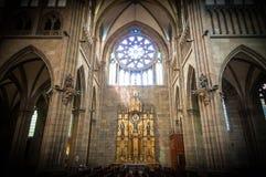 Vecchio interno della chiesa con l'altare e gli arché. Fotografia Stock Libera da Diritti