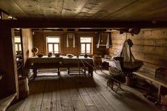 Vecchio interno della fattoria di periodi di vecchia casa di campagna Fotografie Stock Libere da Diritti