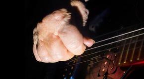 Vecchio, la donna, uomo passa il gioco elettrico, la chitarra acustica, il fondo nero, stile di vita fotografie stock