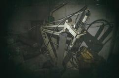 Vecchio laboratorio con molte bottiglie registrate con l'aliante Fotografia Stock Libera da Diritti