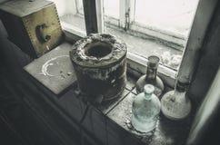 Vecchio laboratorio con molte bottiglie registrate con l'aliante Immagini Stock Libere da Diritti