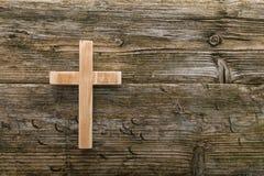 Vecchio legno trasversale cristiano su Cristianità di legno del fondo Fotografia Stock