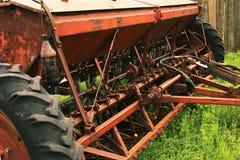Vecchio lerciume che semina le macchine che stanno sull'erba Declino nell'agricoltura Fotografie Stock Libere da Diritti