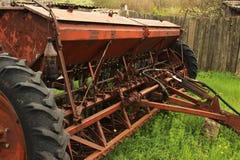 Vecchio lerciume che semina le macchine che stanno sull'erba dopo l'estremità di semina strumentazione vecchia Declino nell'agric Immagini Stock Libere da Diritti