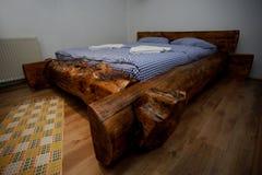 Letto Rustico Legno : Vecchio letto rustico di legno con gli strati blu nel cottage