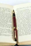Vecchio libro & penna Fotografia Stock