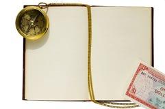 Vecchio libro in bianco con la bussola e la catena Immagine Stock