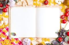 Vecchio libro in bianco di ricetta con gli ingredienti alimentari italiani Immagine Stock Libera da Diritti