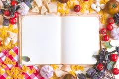 Vecchio libro in bianco di ricetta con gli ingredienti alimentari italiani Immagini Stock