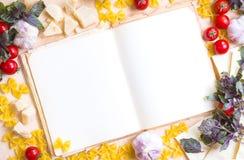 Vecchio libro in bianco di ricetta con gli ingredienti alimentari italiani Fotografia Stock