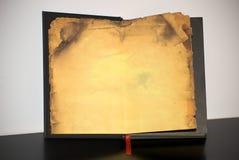 Vecchio libro con documento ingiallito Fotografia Stock Libera da Diritti
