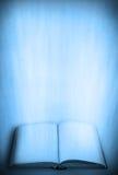 Vecchio libro con i raggi luminosi Immagini Stock Libere da Diritti