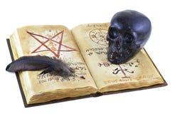 Libro magico con il cranio nero Fotografia Stock Libera da Diritti