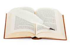 Vecchio libro con la penna di spoletta Fotografie Stock Libere da Diritti