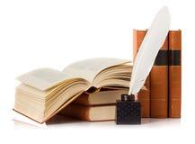 Vecchio libro con la penna di spoletta e del calamaio Immagini Stock