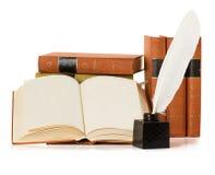 Vecchio libro con la penna di spoletta e del calamaio Fotografia Stock Libera da Diritti