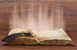 Libro aperto con luce fotografia stock libera da diritti