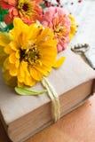 Vecchio libro con le bacche arancio di zinnia, di chiave e di autunno Immagine Stock Libera da Diritti