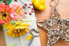 Vecchio libro con le bacche arancio di zinnia, di chiave e di autunno Fotografia Stock Libera da Diritti