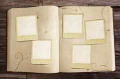 Vecchio libro con le polaroid fotografie stock