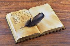 Vecchio libro con la piuma Fotografie Stock