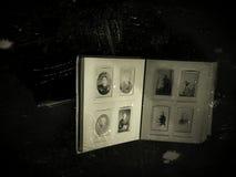 Vecchio libro della famiglia con fotografia d'annata, nostalgia dei periodi passati fotografia stock libera da diritti
