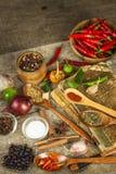 Vecchio libro delle ricette di cucina Il fondo e la ricetta culinari prenotano con le varie spezie sulla tavola di legno immagini stock