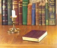 Vecchio libro e candela Fotografie Stock Libere da Diritti
