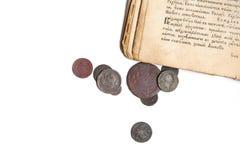 Vecchio libro e monete Immagini Stock