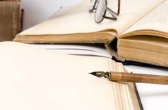 Vecchio libro e penna Fotografia Stock