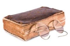 Vecchio libro e vetri Immagine Stock